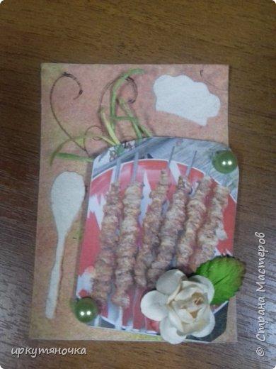 У кого с чем ассоциируется Кавказ, а у меня с шашлыком! На Кавказе чаще шашлык делают из мяса баранины, но мы живем в России и чаще используем свинину, поэтому и рецепты у меня будут для шашлыков из свинины. И как раз в предверии майских праздников решила предложить вам рецепты маринования шашлыков. Буду рада если каждая найдет себе по вкусу. В карточках использовала: набрызг акриловыми красками, штампы, текстурную пасту(клей ПВА+сода+акриловая краска), трафарет, полубусины и цветочки. Надеюсь это похоже на микс-медиа, если нет, то скажите что не так. фото 9