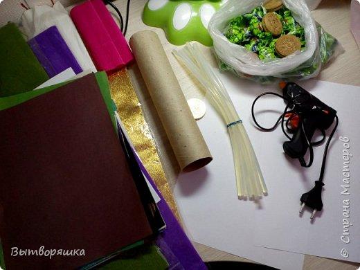 Нам потребуется втулка от бумажных полотенец, фольга, цветная бумага, конфеты, печеньки круглые, клей (я работаю горячим) фото 1