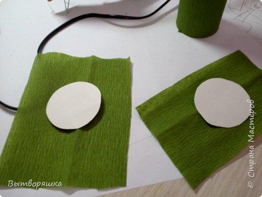 Нам потребуется втулка от бумажных полотенец, фольга, цветная бумага, конфеты, печеньки круглые, клей (я работаю горячим) фото 6