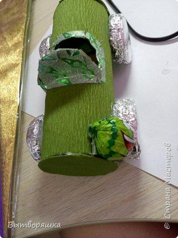 Нам потребуется втулка от бумажных полотенец, фольга, цветная бумага, конфеты, печеньки круглые, клей (я работаю горячим) фото 16