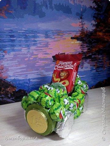 Нам потребуется втулка от бумажных полотенец, фольга, цветная бумага, конфеты, печеньки круглые, клей (я работаю горячим) фото 19
