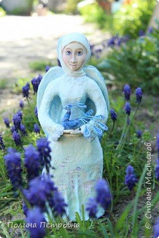 Моя новая работа-родился Ангель-хранитель!!!   Ангел День - Ночь - это оберег, берегущий дом и его обитателей, она олицетворяет собой сутки и управляет сменой дня и ночи, порядком в мире.   Оберег выглядит как 2 куклы или 2 стороны одной куклы.  Одна - отвечает за день (светлая), вторая (тёмная, синяя) - олицетворение ночи. Ангел День держит в руках синюю птицу счастья.Каждый новый день-это новая возможность... Ангел Ночь держит в руках спящего котёнка.Кошка спит значит всё хорошо,спокойно,надёжно...Ангел хранитель-кукла оберег. Ежедневно тот, кто раньше всех просыпается - выставляет вперед светлую и просит её об удачном дне. Так веселая, трудолюбивая и заботливая кукла-ангел День следит, чтобы в будни люди работали, трудились, в праздники веселились, чтобы днем светило солнышко....  Перед тем, как отправиться спать самым последним, человек меняет куколку на темную, и желает доброй ночи всем домочадцам, чтобы все проснулись живыми, здоровыми и полными сил. Так мудрая, задумчивая и таинственная куколка-ангел Ночь следит, чтобы все легли спать, чтобы все отдохнули и набрались сил, она дает сон и оберегает его.  Кукла оберегает всех домочадцев – охраняет их душевный настрой.   Выполнена в технике папье-маше, легкая и прочная. Наполнена любовью и наилучшими пожеланиями.Единственный экземпляр,точный повтор невозможен.  фото 1