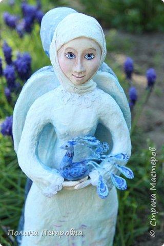 Моя новая работа-родился Ангель-хранитель!!!   Ангел День - Ночь - это оберег, берегущий дом и его обитателей, она олицетворяет собой сутки и управляет сменой дня и ночи, порядком в мире.   Оберег выглядит как 2 куклы или 2 стороны одной куклы.  Одна - отвечает за день (светлая), вторая (тёмная, синяя) - олицетворение ночи. Ангел День держит в руках синюю птицу счастья.Каждый новый день-это новая возможность... Ангел Ночь держит в руках спящего котёнка.Кошка спит значит всё хорошо,спокойно,надёжно...Ангел хранитель-кукла оберег. Ежедневно тот, кто раньше всех просыпается - выставляет вперед светлую и просит её об удачном дне. Так веселая, трудолюбивая и заботливая кукла-ангел День следит, чтобы в будни люди работали, трудились, в праздники веселились, чтобы днем светило солнышко....  Перед тем, как отправиться спать самым последним, человек меняет куколку на темную, и желает доброй ночи всем домочадцам, чтобы все проснулись живыми, здоровыми и полными сил. Так мудрая, задумчивая и таинственная куколка-ангел Ночь следит, чтобы все легли спать, чтобы все отдохнули и набрались сил, она дает сон и оберегает его.  Кукла оберегает всех домочадцев – охраняет их душевный настрой.   Выполнена в технике папье-маше, легкая и прочная. Наполнена любовью и наилучшими пожеланиями.Единственный экземпляр,точный повтор невозможен.  фото 3
