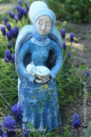 Моя новая работа-родился Ангель-хранитель!!!   Ангел День - Ночь - это оберег, берегущий дом и его обитателей, она олицетворяет собой сутки и управляет сменой дня и ночи, порядком в мире.   Оберег выглядит как 2 куклы или 2 стороны одной куклы.  Одна - отвечает за день (светлая), вторая (тёмная, синяя) - олицетворение ночи. Ангел День держит в руках синюю птицу счастья.Каждый новый день-это новая возможность... Ангел Ночь держит в руках спящего котёнка.Кошка спит значит всё хорошо,спокойно,надёжно...Ангел хранитель-кукла оберег. Ежедневно тот, кто раньше всех просыпается - выставляет вперед светлую и просит её об удачном дне. Так веселая, трудолюбивая и заботливая кукла-ангел День следит, чтобы в будни люди работали, трудились, в праздники веселились, чтобы днем светило солнышко....  Перед тем, как отправиться спать самым последним, человек меняет куколку на темную, и желает доброй ночи всем домочадцам, чтобы все проснулись живыми, здоровыми и полными сил. Так мудрая, задумчивая и таинственная куколка-ангел Ночь следит, чтобы все легли спать, чтобы все отдохнули и набрались сил, она дает сон и оберегает его.  Кукла оберегает всех домочадцев – охраняет их душевный настрой.   Выполнена в технике папье-маше, легкая и прочная. Наполнена любовью и наилучшими пожеланиями.Единственный экземпляр,точный повтор невозможен.  фото 8