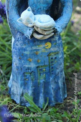 Моя новая работа-родился Ангель-хранитель!!!   Ангел День - Ночь - это оберег, берегущий дом и его обитателей, она олицетворяет собой сутки и управляет сменой дня и ночи, порядком в мире.   Оберег выглядит как 2 куклы или 2 стороны одной куклы.  Одна - отвечает за день (светлая), вторая (тёмная, синяя) - олицетворение ночи. Ангел День держит в руках синюю птицу счастья.Каждый новый день-это новая возможность... Ангел Ночь держит в руках спящего котёнка.Кошка спит значит всё хорошо,спокойно,надёжно...Ангел хранитель-кукла оберег. Ежедневно тот, кто раньше всех просыпается - выставляет вперед светлую и просит её об удачном дне. Так веселая, трудолюбивая и заботливая кукла-ангел День следит, чтобы в будни люди работали, трудились, в праздники веселились, чтобы днем светило солнышко....  Перед тем, как отправиться спать самым последним, человек меняет куколку на темную, и желает доброй ночи всем домочадцам, чтобы все проснулись живыми, здоровыми и полными сил. Так мудрая, задумчивая и таинственная куколка-ангел Ночь следит, чтобы все легли спать, чтобы все отдохнули и набрались сил, она дает сон и оберегает его.  Кукла оберегает всех домочадцев – охраняет их душевный настрой.   Выполнена в технике папье-маше, легкая и прочная. Наполнена любовью и наилучшими пожеланиями.Единственный экземпляр,точный повтор невозможен.  фото 7