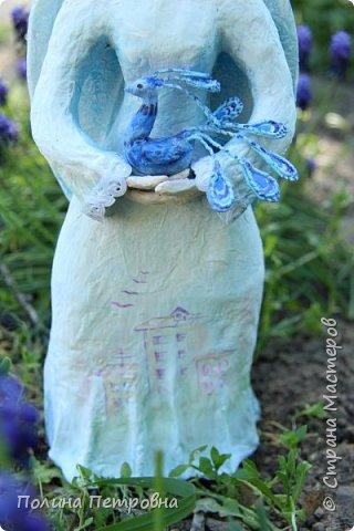 Моя новая работа-родился Ангель-хранитель!!!   Ангел День - Ночь - это оберег, берегущий дом и его обитателей, она олицетворяет собой сутки и управляет сменой дня и ночи, порядком в мире.   Оберег выглядит как 2 куклы или 2 стороны одной куклы.  Одна - отвечает за день (светлая), вторая (тёмная, синяя) - олицетворение ночи. Ангел День держит в руках синюю птицу счастья.Каждый новый день-это новая возможность... Ангел Ночь держит в руках спящего котёнка.Кошка спит значит всё хорошо,спокойно,надёжно...Ангел хранитель-кукла оберег. Ежедневно тот, кто раньше всех просыпается - выставляет вперед светлую и просит её об удачном дне. Так веселая, трудолюбивая и заботливая кукла-ангел День следит, чтобы в будни люди работали, трудились, в праздники веселились, чтобы днем светило солнышко....  Перед тем, как отправиться спать самым последним, человек меняет куколку на темную, и желает доброй ночи всем домочадцам, чтобы все проснулись живыми, здоровыми и полными сил. Так мудрая, задумчивая и таинственная куколка-ангел Ночь следит, чтобы все легли спать, чтобы все отдохнули и набрались сил, она дает сон и оберегает его.  Кукла оберегает всех домочадцев – охраняет их душевный настрой.   Выполнена в технике папье-маше, легкая и прочная. Наполнена любовью и наилучшими пожеланиями.Единственный экземпляр,точный повтор невозможен.  фото 5