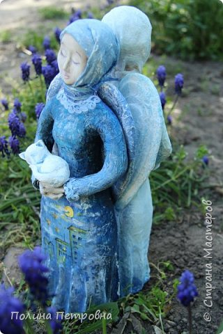 Моя новая работа-родился Ангель-хранитель!!!   Ангел День - Ночь - это оберег, берегущий дом и его обитателей, она олицетворяет собой сутки и управляет сменой дня и ночи, порядком в мире.   Оберег выглядит как 2 куклы или 2 стороны одной куклы.  Одна - отвечает за день (светлая), вторая (тёмная, синяя) - олицетворение ночи. Ангел День держит в руках синюю птицу счастья.Каждый новый день-это новая возможность... Ангел Ночь держит в руках спящего котёнка.Кошка спит значит всё хорошо,спокойно,надёжно...Ангел хранитель-кукла оберег. Ежедневно тот, кто раньше всех просыпается - выставляет вперед светлую и просит её об удачном дне. Так веселая, трудолюбивая и заботливая кукла-ангел День следит, чтобы в будни люди работали, трудились, в праздники веселились, чтобы днем светило солнышко....  Перед тем, как отправиться спать самым последним, человек меняет куколку на темную, и желает доброй ночи всем домочадцам, чтобы все проснулись живыми, здоровыми и полными сил. Так мудрая, задумчивая и таинственная куколка-ангел Ночь следит, чтобы все легли спать, чтобы все отдохнули и набрались сил, она дает сон и оберегает его.  Кукла оберегает всех домочадцев – охраняет их душевный настрой.   Выполнена в технике папье-маше, легкая и прочная. Наполнена любовью и наилучшими пожеланиями.Единственный экземпляр,точный повтор невозможен.  фото 2