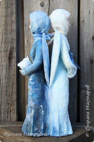 Моя новая работа-родился Ангель-хранитель!!!   Ангел День - Ночь - это оберег, берегущий дом и его обитателей, она олицетворяет собой сутки и управляет сменой дня и ночи, порядком в мире.   Оберег выглядит как 2 куклы или 2 стороны одной куклы.  Одна - отвечает за день (светлая), вторая (тёмная, синяя) - олицетворение ночи. Ангел День держит в руках синюю птицу счастья.Каждый новый день-это новая возможность... Ангел Ночь держит в руках спящего котёнка.Кошка спит значит всё хорошо,спокойно,надёжно...Ангел хранитель-кукла оберег. Ежедневно тот, кто раньше всех просыпается - выставляет вперед светлую и просит её об удачном дне. Так веселая, трудолюбивая и заботливая кукла-ангел День следит, чтобы в будни люди работали, трудились, в праздники веселились, чтобы днем светило солнышко....  Перед тем, как отправиться спать самым последним, человек меняет куколку на темную, и желает доброй ночи всем домочадцам, чтобы все проснулись живыми, здоровыми и полными сил. Так мудрая, задумчивая и таинственная куколка-ангел Ночь следит, чтобы все легли спать, чтобы все отдохнули и набрались сил, она дает сон и оберегает его.  Кукла оберегает всех домочадцев – охраняет их душевный настрой.   Выполнена в технике папье-маше, легкая и прочная. Наполнена любовью и наилучшими пожеланиями.Единственный экземпляр,точный повтор невозможен.  фото 4