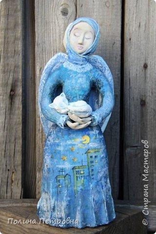 Моя новая работа-родился Ангель-хранитель!!!   Ангел День - Ночь - это оберег, берегущий дом и его обитателей, она олицетворяет собой сутки и управляет сменой дня и ночи, порядком в мире.   Оберег выглядит как 2 куклы или 2 стороны одной куклы.  Одна - отвечает за день (светлая), вторая (тёмная, синяя) - олицетворение ночи. Ангел День держит в руках синюю птицу счастья.Каждый новый день-это новая возможность... Ангел Ночь держит в руках спящего котёнка.Кошка спит значит всё хорошо,спокойно,надёжно...Ангел хранитель-кукла оберег. Ежедневно тот, кто раньше всех просыпается - выставляет вперед светлую и просит её об удачном дне. Так веселая, трудолюбивая и заботливая кукла-ангел День следит, чтобы в будни люди работали, трудились, в праздники веселились, чтобы днем светило солнышко....  Перед тем, как отправиться спать самым последним, человек меняет куколку на темную, и желает доброй ночи всем домочадцам, чтобы все проснулись живыми, здоровыми и полными сил. Так мудрая, задумчивая и таинственная куколка-ангел Ночь следит, чтобы все легли спать, чтобы все отдохнули и набрались сил, она дает сон и оберегает его.  Кукла оберегает всех домочадцев – охраняет их душевный настрой.   Выполнена в технике папье-маше, легкая и прочная. Наполнена любовью и наилучшими пожеланиями.Единственный экземпляр,точный повтор невозможен.  фото 6