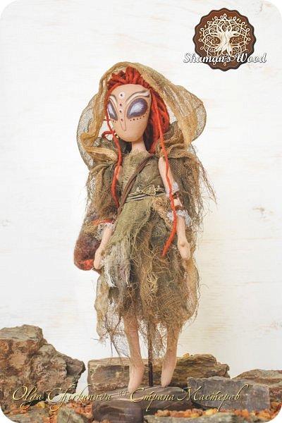 Инопланетянка с Рыжей планеты по имени Ильсилирия. Руки, ноги частично на шарнирах. Капюшон снимается. В сумке - письма, карты, баночки с различным наполнением. Высота 40 см фото 2