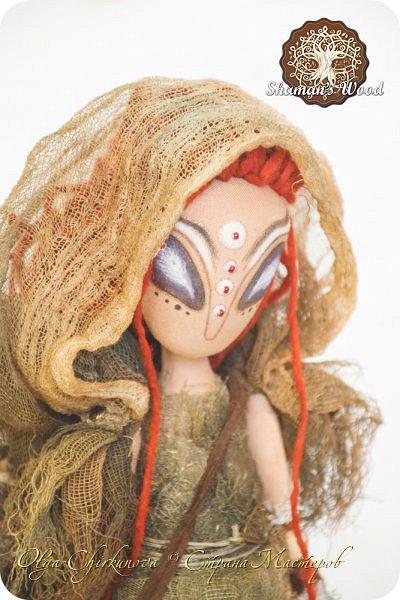Инопланетянка с Рыжей планеты по имени Ильсилирия. Руки, ноги частично на шарнирах. Капюшон снимается. В сумке - письма, карты, баночки с различным наполнением. Высота 40 см фото 1