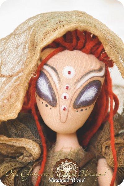 Инопланетянка с Рыжей планеты по имени Ильсилирия. Руки, ноги частично на шарнирах. Капюшон снимается. В сумке - письма, карты, баночки с различным наполнением. Высота 40 см фото 3