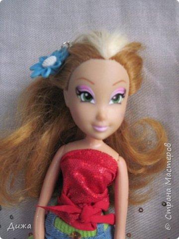 Привет всем! Сегодня я хочу показать вам моих кукол Винкс . Когда мне было 5 лет я очень увлеклась этими куклами.  Смотрела про них мультфильмы, у меня была кепка (до сих пор есть, кстати), ручка, наклейки, пододеяльник, блокноты, журналы - в общем была страшной фанаткой.  Родители удивлялись и смеялись... :-) А сейчас, славо богу, фанатизм прошел. В кукол, я особо не люблю играть, больше всего нравиться читать и делать разные поделки, но иногда достаю поиграть.   Это Блум фея огня дракона Ей красный цвет очень идет фото 12
