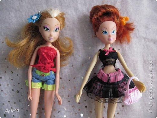 Привет всем! Сегодня я хочу показать вам моих кукол Винкс . Когда мне было 5 лет я очень увлеклась этими куклами.  Смотрела про них мультфильмы, у меня была кепка (до сих пор есть, кстати), ручка, наклейки, пододеяльник, блокноты, журналы - в общем была страшной фанаткой.  Родители удивлялись и смеялись... :-) А сейчас, славо богу, фанатизм прошел. В кукол, я особо не люблю играть, больше всего нравиться читать и делать разные поделки, но иногда достаю поиграть.   Это Блум фея огня дракона Ей красный цвет очень идет фото 10