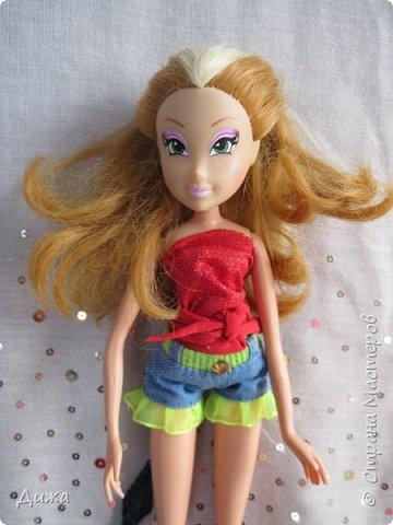 Привет всем! Сегодня я хочу показать вам моих кукол Винкс . Когда мне было 5 лет я очень увлеклась этими куклами.  Смотрела про них мультфильмы, у меня была кепка (до сих пор есть, кстати), ручка, наклейки, пододеяльник, блокноты, журналы - в общем была страшной фанаткой.  Родители удивлялись и смеялись... :-) А сейчас, славо богу, фанатизм прошел. В кукол, я особо не люблю играть, больше всего нравиться читать и делать разные поделки, но иногда достаю поиграть.   Это Блум фея огня дракона Ей красный цвет очень идет фото 6