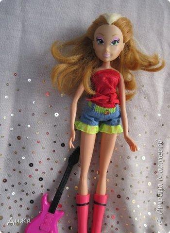 Привет всем! Сегодня я хочу показать вам моих кукол Винкс . Когда мне было 5 лет я очень увлеклась этими куклами.  Смотрела про них мультфильмы, у меня была кепка (до сих пор есть, кстати), ручка, наклейки, пододеяльник, блокноты, журналы - в общем была страшной фанаткой.  Родители удивлялись и смеялись... :-) А сейчас, славо богу, фанатизм прошел. В кукол, я особо не люблю играть, больше всего нравиться читать и делать разные поделки, но иногда достаю поиграть.   Это Блум фея огня дракона Ей красный цвет очень идет фото 4