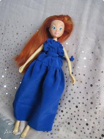 Привет всем! Сегодня я хочу показать вам моих кукол Винкс . Когда мне было 5 лет я очень увлеклась этими куклами.  Смотрела про них мультфильмы, у меня была кепка (до сих пор есть, кстати), ручка, наклейки, пододеяльник, блокноты, журналы - в общем была страшной фанаткой.  Родители удивлялись и смеялись... :-) А сейчас, славо богу, фанатизм прошел. В кукол, я особо не люблю играть, больше всего нравиться читать и делать разные поделки, но иногда достаю поиграть.   Это Блум фея огня дракона Ей красный цвет очень идет фото 13