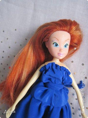 Привет всем! Сегодня я хочу показать вам моих кукол Винкс . Когда мне было 5 лет я очень увлеклась этими куклами.  Смотрела про них мультфильмы, у меня была кепка (до сих пор есть, кстати), ручка, наклейки, пододеяльник, блокноты, журналы - в общем была страшной фанаткой.  Родители удивлялись и смеялись... :-) А сейчас, славо богу, фанатизм прошел. В кукол, я особо не люблю играть, больше всего нравиться читать и делать разные поделки, но иногда достаю поиграть.   Это Блум фея огня дракона Ей красный цвет очень идет фото 14