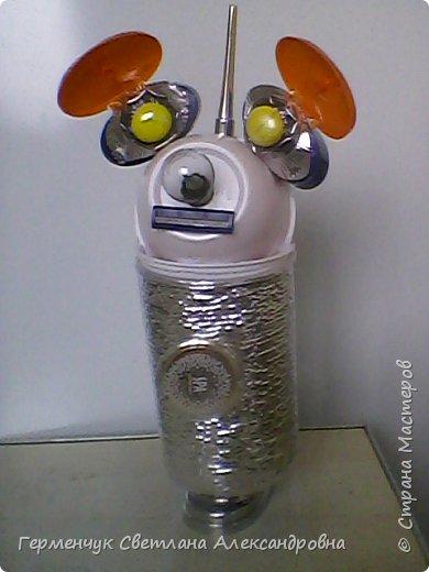 """.Этого  робота  сделала  из различного и бросового материала (чтобы как то меньше загрязнять природу). У робота  закрываются глаза,""""сердце""""-  механизм от  кварцевых часов ,который  закрывается ,чтобы не запылился,  вместо носа-лампочка -загорается в темное время суток  на Земле,""""мозг"""" -""""оптоволокно с наночастицами """",внутри"""" туловища""""(стаканчик) -можно спрятать  запасные механизмы и детали в случае поломки). фото 8"""