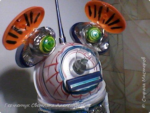 """.Этого  робота  сделала  из различного и бросового материала (чтобы как то меньше загрязнять природу). У робота  закрываются глаза,""""сердце""""-  механизм от  кварцевых часов ,который  закрывается ,чтобы не запылился,  вместо носа-лампочка -загорается в темное время суток  на Земле,""""мозг"""" -""""оптоволокно с наночастицами """",внутри"""" туловища""""(стаканчик) -можно спрятать  запасные механизмы и детали в случае поломки). фото 13"""