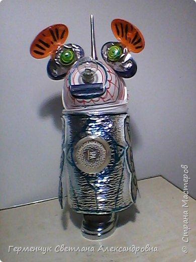 """.Этого  робота  сделала  из различного и бросового материала (чтобы как то меньше загрязнять природу). У робота  закрываются глаза,""""сердце""""-  механизм от  кварцевых часов ,который  закрывается ,чтобы не запылился,  вместо носа-лампочка -загорается в темное время суток  на Земле,""""мозг"""" -""""оптоволокно с наночастицами """",внутри"""" туловища""""(стаканчик) -можно спрятать  запасные механизмы и детали в случае поломки). фото 14"""