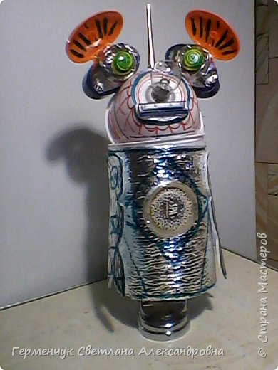 """.Этого  робота  сделала  из различного и бросового материала (чтобы как то меньше загрязнять природу). У робота  закрываются глаза,""""сердце""""-  механизм от  кварцевых часов ,который  закрывается ,чтобы не запылился,  вместо носа-лампочка -загорается в темное время суток  на Земле,""""мозг"""" -""""оптоволокно с наночастицами """",внутри"""" туловища""""(стаканчик) -можно спрятать  запасные механизмы и детали в случае поломки). фото 15"""