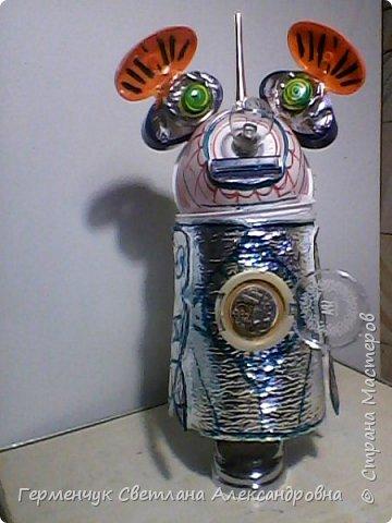 """.Этого  робота  сделала  из различного и бросового материала (чтобы как то меньше загрязнять природу). У робота  закрываются глаза,""""сердце""""-  механизм от  кварцевых часов ,который  закрывается ,чтобы не запылился,  вместо носа-лампочка -загорается в темное время суток  на Земле,""""мозг"""" -""""оптоволокно с наночастицами """",внутри"""" туловища""""(стаканчик) -можно спрятать  запасные механизмы и детали в случае поломки). фото 1"""