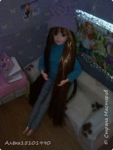 Привет всем жителям Страны Мастеров!  Помните,я показывала свою новенькую Милашку.так вот у неё страшно лезли волосы и я решила прошить голову трессами. Сказать легко,а сделать-нереально. У куклы оказалась огромная дырка в голове и,поскольку она была уже лысая-решили хоть парик сделать.  фото 5