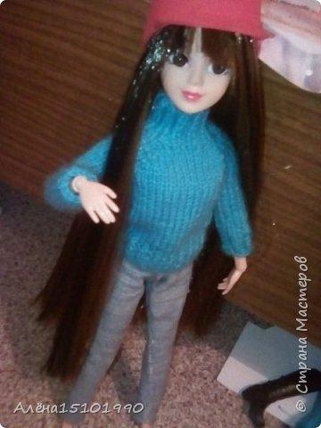 Привет всем жителям Страны Мастеров!  Помните,я показывала свою новенькую Милашку.так вот у неё страшно лезли волосы и я решила прошить голову трессами. Сказать легко,а сделать-нереально. У куклы оказалась огромная дырка в голове и,поскольку она была уже лысая-решили хоть парик сделать.  фото 1