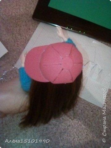 Привет всем жителям Страны Мастеров!  Помните,я показывала свою новенькую Милашку.так вот у неё страшно лезли волосы и я решила прошить голову трессами. Сказать легко,а сделать-нереально. У куклы оказалась огромная дырка в голове и,поскольку она была уже лысая-решили хоть парик сделать.  фото 3