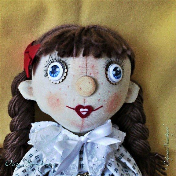 """Привет всем в СМ!!! После большого перерыва я снова здесь!!! И снова с куклами! Все куклы сшиты по МК светланы Хачиной. С каждой новой куклой по этому МК я что-то меняю, что-то привношу свое...  Эту серию кукол я назвала """"Куклы-подружки"""". Назвала так не потому,  что и эти две, и две другие куклехи (фото ниже) сидят, взявшись за ручки, как подружки, а потому, что хочется, чтобы они стали подружками для своих новых хозяек. Пока шью своих кукол, влюбляюсь в них...  Потом тяжело с ними расстаюсь... Ведь они для меня живые, и хочется, чтобы им было хорошо... фото 5"""