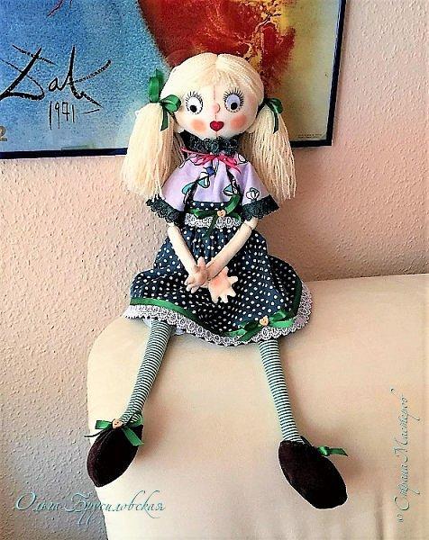 """Привет всем в СМ!!! После большого перерыва я снова здесь!!! И снова с куклами! Все куклы сшиты по МК светланы Хачиной. С каждой новой куклой по этому МК я что-то меняю, что-то привношу свое...  Эту серию кукол я назвала """"Куклы-подружки"""". Назвала так не потому,  что и эти две, и две другие куклехи (фото ниже) сидят, взявшись за ручки, как подружки, а потому, что хочется, чтобы они стали подружками для своих новых хозяек. Пока шью своих кукол, влюбляюсь в них...  Потом тяжело с ними расстаюсь... Ведь они для меня живые, и хочется, чтобы им было хорошо... фото 3"""