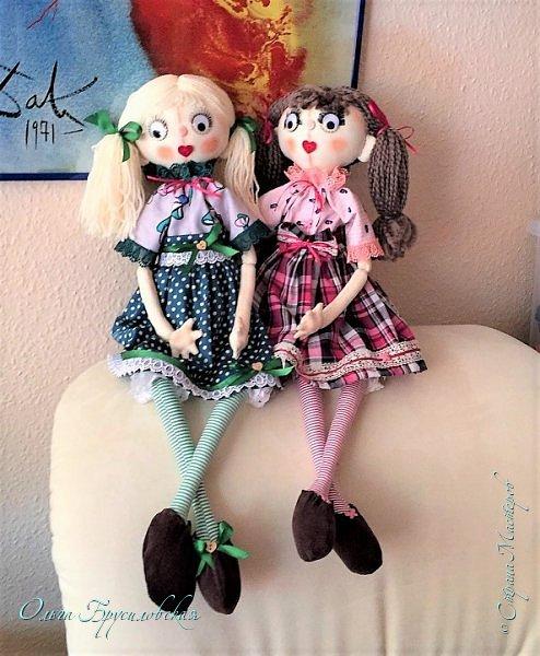 """Привет всем в СМ!!! После большого перерыва я снова здесь!!! И снова с куклами! Все куклы сшиты по МК светланы Хачиной. С каждой новой куклой по этому МК я что-то меняю, что-то привношу свое...  Эту серию кукол я назвала """"Куклы-подружки"""". Назвала так не потому,  что и эти две, и две другие куклехи (фото ниже) сидят, взявшись за ручки, как подружки, а потому, что хочется, чтобы они стали подружками для своих новых хозяек. Пока шью своих кукол, влюбляюсь в них...  Потом тяжело с ними расстаюсь... Ведь они для меня живые, и хочется, чтобы им было хорошо... фото 1"""
