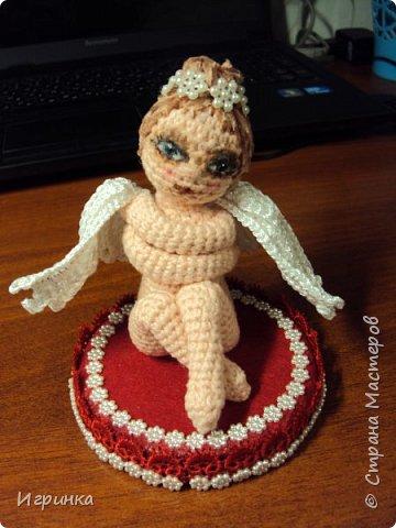 Здравствуйте ! Сегодня я представляю Прекрасного ангела , связанного по МК magniesia (перевод vitamin-chik). Я уже делала эту работу, но сейчас решила немного изменить крылья, добавить цвета (первая была просто в белом цвете) и добавила подставку.