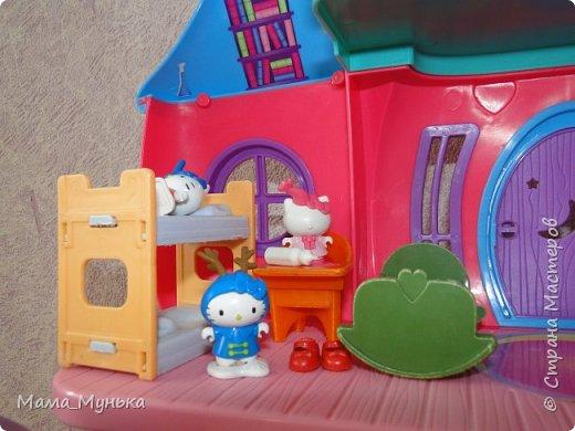 У меня двое маленьких детей. И мальчик, и девочка любят играть в куклы. Я рассказывала однажды, как подбирала мебель для куклят. Мебелью они давно играют охотно, Количество её  уже хорошо убавиллось, А вот куклят два года назад забраковали. В мебели стали жить мама-киска и три котёнка - Сева, Ваня и Даша. фото 10
