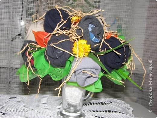 Носки скрутила на проволке в виде розочек и закрепила булавками. фото 1