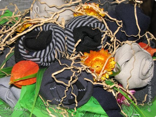 Носки скрутила на проволке в виде розочек и закрепила булавками. фото 4
