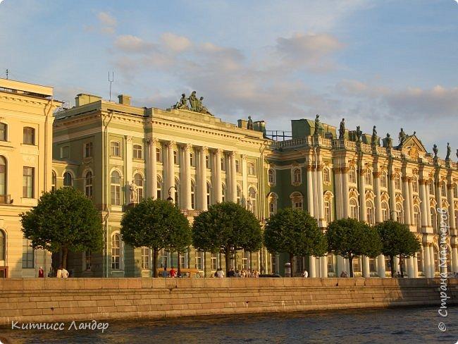 Добрый вечер, жители замечательной Страны Мастеров! Я продолжаю, как и обещала, потихоньку выкладывать в блог все то, что нарисовалось-нашилось-наклеилось-напридумывалось за долгий период отсутствия. На этот раз покажу вам маленький плод кропотливых трудов - новенькую закладку для книги (все остальные мои мне уже, видимо, надоели))) с видом разводных мостов Санкт-Петербурга. Нарисовано все черными гелевыми ручками в виде мелких точек, штрихов и линий. Считая вместе с эскизом и оборотной частью, корпела я над ней часа полтора, не меньше.  И осталась счастлива! Теперь у меня есть мой маленький кусочек Питера!.. фото 9