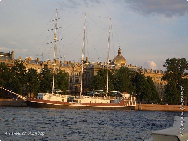 Добрый вечер, жители замечательной Страны Мастеров! Я продолжаю, как и обещала, потихоньку выкладывать в блог все то, что нарисовалось-нашилось-наклеилось-напридумывалось за долгий период отсутствия. На этот раз покажу вам маленький плод кропотливых трудов - новенькую закладку для книги (все остальные мои мне уже, видимо, надоели))) с видом разводных мостов Санкт-Петербурга. Нарисовано все черными гелевыми ручками в виде мелких точек, штрихов и линий. Считая вместе с эскизом и оборотной частью, корпела я над ней часа полтора, не меньше.  И осталась счастлива! Теперь у меня есть мой маленький кусочек Питера!.. фото 11