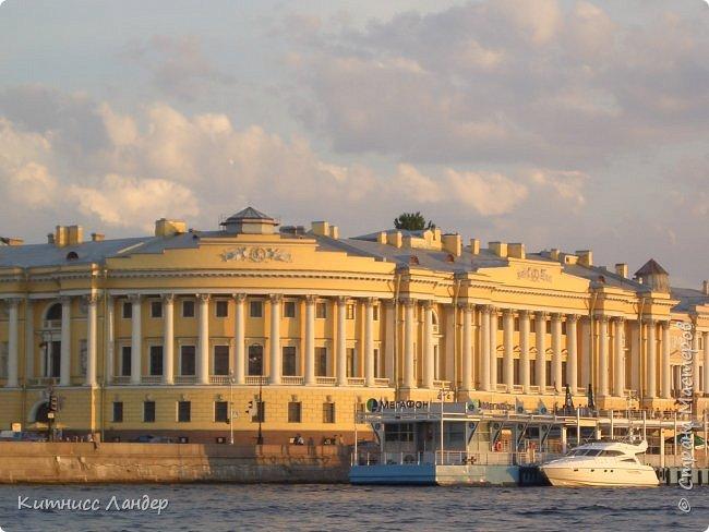 Добрый вечер, жители замечательной Страны Мастеров! Я продолжаю, как и обещала, потихоньку выкладывать в блог все то, что нарисовалось-нашилось-наклеилось-напридумывалось за долгий период отсутствия. На этот раз покажу вам маленький плод кропотливых трудов - новенькую закладку для книги (все остальные мои мне уже, видимо, надоели))) с видом разводных мостов Санкт-Петербурга. Нарисовано все черными гелевыми ручками в виде мелких точек, штрихов и линий. Считая вместе с эскизом и оборотной частью, корпела я над ней часа полтора, не меньше.  И осталась счастлива! Теперь у меня есть мой маленький кусочек Питера!.. фото 10