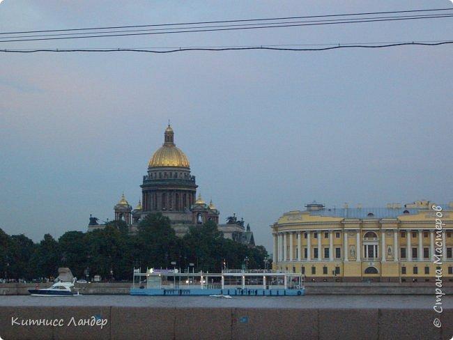 Добрый вечер, жители замечательной Страны Мастеров! Я продолжаю, как и обещала, потихоньку выкладывать в блог все то, что нарисовалось-нашилось-наклеилось-напридумывалось за долгий период отсутствия. На этот раз покажу вам маленький плод кропотливых трудов - новенькую закладку для книги (все остальные мои мне уже, видимо, надоели))) с видом разводных мостов Санкт-Петербурга. Нарисовано все черными гелевыми ручками в виде мелких точек, штрихов и линий. Считая вместе с эскизом и оборотной частью, корпела я над ней часа полтора, не меньше.  И осталась счастлива! Теперь у меня есть мой маленький кусочек Питера!.. фото 5