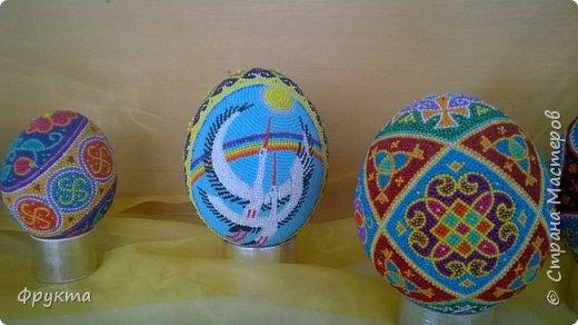 Знакомьтесь. Иван Грыма, житель города Новый Роздол Львовской области. Все эти пасхальные яйца выточены из пенопласта, покрыты отшлифованной шпаклевкой. Затем мастер нанес рисунок на поверхность яйца. А потом, не поверите... каждую, понимаете, КАЖДУЮ!!! бисерину мастер опускал в клей ПВА и приклеивал на поверхность яйца! Я даже подумать боюсь, сколько потребовалось времени, терпения, точности движений для создания каждой писанки. Невероятный талант! Учитывая, что пан Иван нигде не учился рисовать, и его никто не учил как компоновать элементы рисунка, при том, что никто не учил мастера основам живописи... результат вы видите своими собственными глазами! Сам, своим талантом и разумением великолепный мастер делает такую красоту. Смотрите! И восхищайтесь вместе со мной! фото 5
