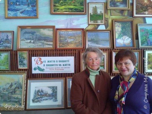 Эту милую даму зовут пани София Ковальчик. Она также проживает в городе Новый Роздол Львовской области. Все свои 70 с небольшим лет вышивает крестиком потрясающей красоты картины. В библиотеке Нового Роздола состоялась выставка её работ - весной 2017 года. И я снова не застала эту выставку! Обидно! фото 2