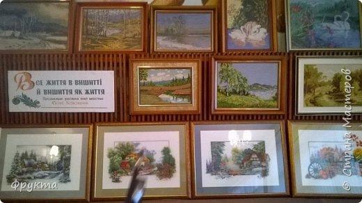 Эту милую даму зовут пани София Ковальчик. Она также проживает в городе Новый Роздол Львовской области. Все свои 70 с небольшим лет вышивает крестиком потрясающей красоты картины. В библиотеке Нового Роздола состоялась выставка её работ - весной 2017 года. И я снова не застала эту выставку! Обидно! фото 8