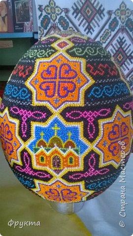 Знакомьтесь. Иван Грыма, житель города Новый Роздол Львовской области. Все эти пасхальные яйца выточены из пенопласта, покрыты отшлифованной шпаклевкой. Затем мастер нанес рисунок на поверхность яйца. А потом, не поверите... каждую, понимаете, КАЖДУЮ!!! бисерину мастер опускал в клей ПВА и приклеивал на поверхность яйца! Я даже подумать боюсь, сколько потребовалось времени, терпения, точности движений для создания каждой писанки. Невероятный талант! Учитывая, что пан Иван нигде не учился рисовать, и его никто не учил как компоновать элементы рисунка, при том, что никто не учил мастера основам живописи... результат вы видите своими собственными глазами! Сам, своим талантом и разумением великолепный мастер делает такую красоту. Смотрите! И восхищайтесь вместе со мной! фото 12