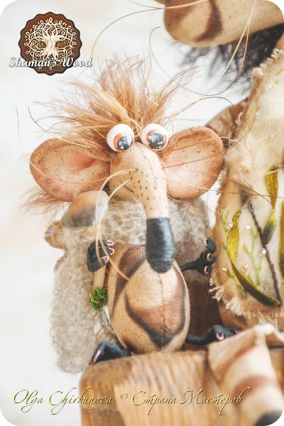 Кот Камышкинс и мышонок Грибочкинс живут в лесу Шамана на Вересковых полях. Они братья, самые настоящие! Однажды мышонка подбросили к дому доброй тетушки Кошки Ниннат и она вырастила прекрасного мыша! Камышкинс занимаемся волшебным Камышовым садом, а Грибочкинс изучает грибы своего леса. фото 2