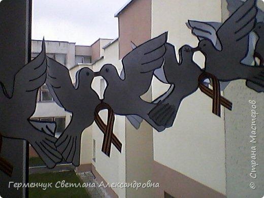 К 9 Мая мы с ребятами украсили класс гирляндами из   голубей.Получилось красиво, нарядно и торжественно  к самому главному празднику !!! фото 16