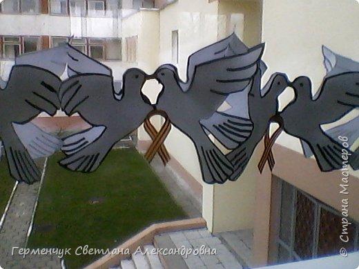 К 9 Мая мы с ребятами украсили класс гирляндами из   голубей.Получилось красиво, нарядно и торжественно  к самому главному празднику !!! фото 20