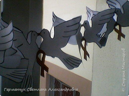 К 9 Мая мы с ребятами украсили класс гирляндами из   голубей.Получилось красиво, нарядно и торжественно  к самому главному празднику !!! фото 22