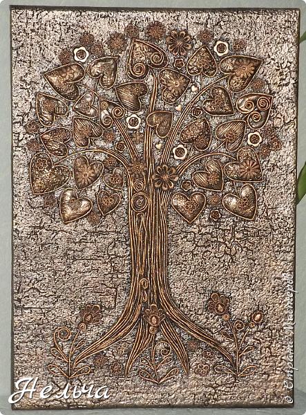 Вот такое Дерево Любви получилось или Сердечное дерево. Размер 40 х 28 см. Ствол и ветки у дерева из салфеточных жгутиков. Все листочки - это сердечки (гофрокартон+обои), обрамленные салфеточными жгутиками и украшенные цветочками из кружев. Также есть цветы из пуговиц и три ягодки - сердечки.  Очень понравился афоризм -   Жизнь без любви подобна дереву без цветов и плодов. (Халиль Джебран) фото 1